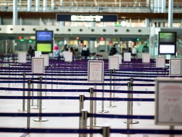 Un millier de bagagistes, agents d'entretiens et autres travailleurs de l'ombre de l'aéroport Roissy-Charles-De-Gaulle ont défilé sur la plateforme aéroportuaire, durement frappée par la crise du covid