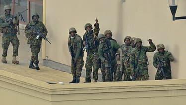 L'attaque finale: des soldats kényans, se préparant, sur le toit du centre commercial, à achever le ratissage des lieux.