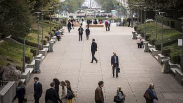 Sur un an, selon l'Insee, l'emploi salarié a augmenté de 303.500 postes au total (276.300 dans le privé et 27.200 dans le public), soit une hausse de 1,2%.