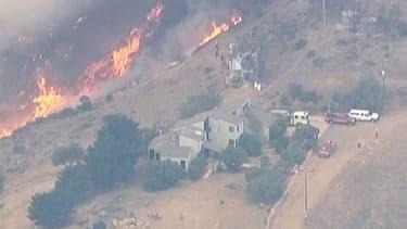 Les flammes menacent des milliers de maisons dans le secteur de Malibu.