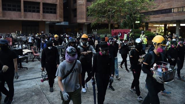 Un groupe de manifestants tentant de sortir de la Hong Kong Polytechnic University, le dimanche 17 novembre 2019