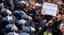 Des policiers ont dispersé samedi après-midi dans le centre d'Alger un demi-millier de manifestants qui, s'inspirant des mouvements de révolte qui secouent une partie du monde arabe, voulaient organiser un défilé au départ de la place du 1er-Mai. /Photo p