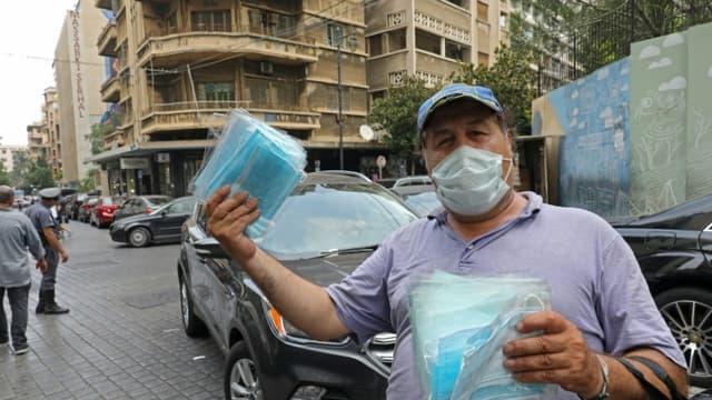 Un homme vend des masques de protection contre le coronavirus, à Beyrouth le 29 juillet 2020