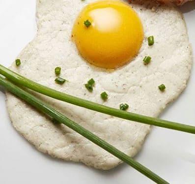 L'oeuf vegan mis au point par les deux ingénieures est à base d'ingrédients d'origine minérale (eau et sel) et végétale.