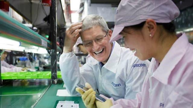 Tim Cook, le patron d'Apple, a posté sur Twitter cette photo de lui visitant les usines de Foxconn, son plus gros sous-traitant chinois.
