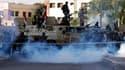 Militaires surveillant les partisans de Mohamed Morsi près de la caserne de la Garde républicaine où est détenu le président destitué, lors d'une manifestation au cours de laquelle trois islamistes auraient été tués. Selon la télévision d'Etat, qui cite l
