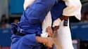 La judoka française Audrey Tcheuméo s'est qualifiée jeudi pour les demi-finales des Jeux olympiques dans la catégorie des moins de 78 kg en battant la Chinoise Xiuli Yang (en bleu), championne olympique en titre. /Photo prise le 2 août 2012/REUTERS/Toru H