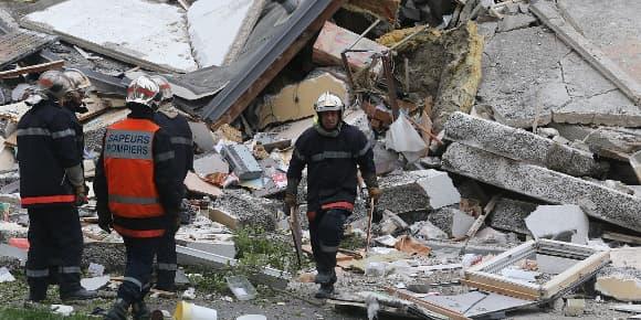 Sapeurs-pompiers dans les décombres de l'immeuble effondré de Reims, dimanche.