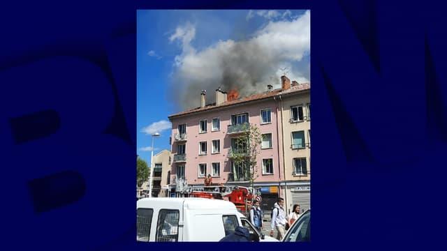 Un incendie s'est déclaré sous les toits dans un immeuble du centre-ville de Digne-les-Bains.