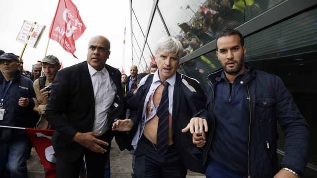 Pierre Plissonnier, DRH du long-courrier, vêtements déchirés, s'échappant devant des salariés en colère, le 5 octobre.