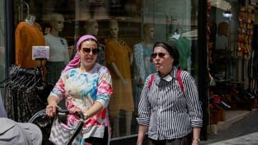 Des femmes sans masques sanitaires dans un marché de Jérusalem, le 18 avril 2021, après la levée de l'obligation de port du masque en Israël (photo d'illustration)