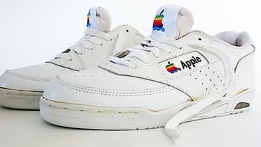 Ces sneakers font partie d'une panoplie imaginé par Steve Jobs pour ses salariés. Elles sont estimées aujourd'hui à 30.000 dollars.