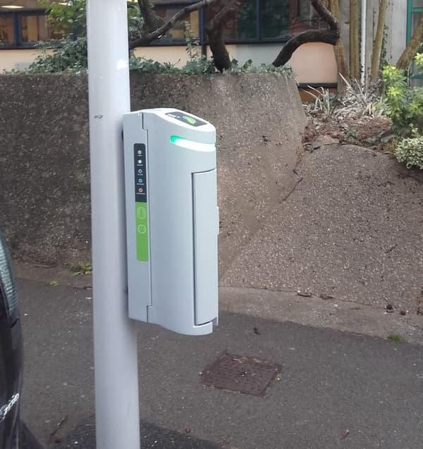 L'atout de ces bornes est d'utiliser réseau d'alimentation électrique des lampadaires existants pour densifier les coeurs de villes en bornes de recharge.