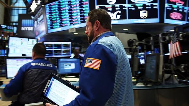 Même si Wall Street reste proche de ses plus hauts annuels, le dollar et le pétrole en baisse demeurent les principales sources d'instabilité.