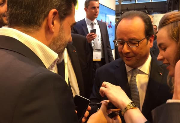 Yoram Moyal présente la Buzcard Vitale à François Hollande et à Axelle Lemaire.