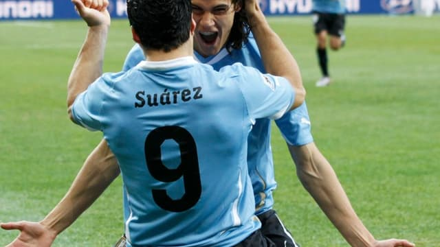 Abreu vient féliciter Suarez