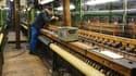 Les rubans sont lentement confectionnés sur de belles machines à tisser en bois vieilles de 50 ans.