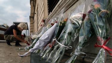 Des fleurs déposées le 2 octobre 2017 devant la gare Saint-Charles de Marseille en hommage aux deux victimes de l'attaque