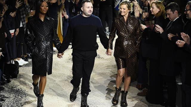 Kate Moss et Naomi Campbell, encadrant Kim Jones, le directeur artistique de Vuitton, le 18 janvier à Paris.