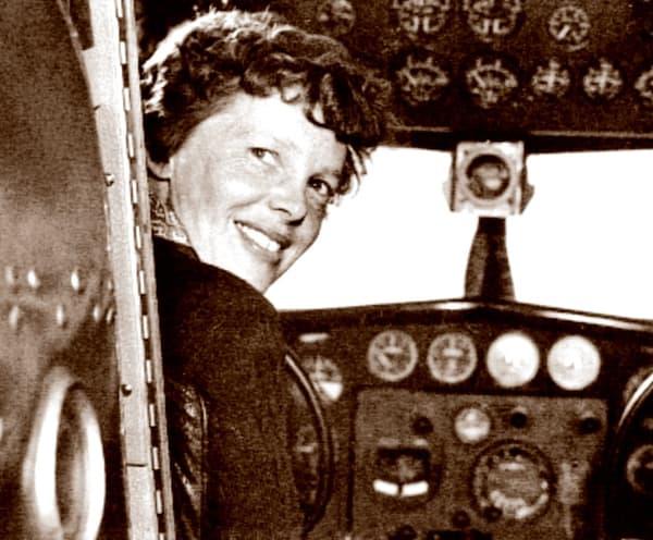 Amelia Earhart aux commandes du Lockheed 10 Electra, avant le décollage depuis la Californie, en 1937.