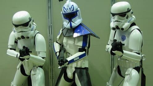 Star Wars est surtout une franchise qui compte des millions de fans dans le monde, comme ces trois personnes déguisés en soldats de l'empire