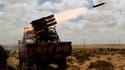 Des insurgés répliquent d'un lancer de roquette à des tirs des forces loyales à Mouammar Kadhafi près de Brega. Les rebelles massés autour de ce port se préparent à lancer une contre-offensive, après avoir passé trois jours à reculer devant l'armée libyen