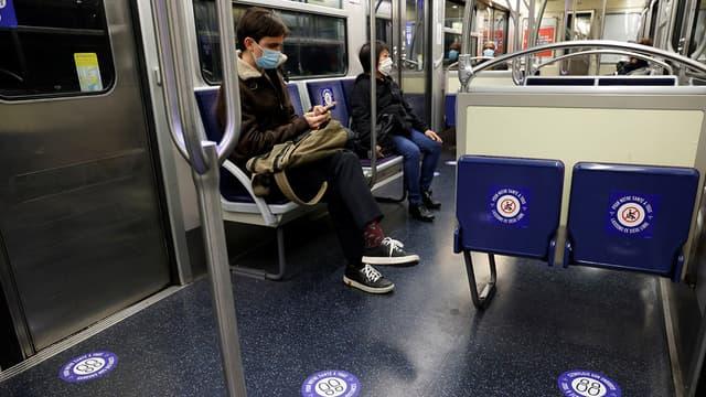 Des passagers dans le métro parisien, le 11 mai 2020