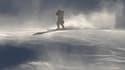 Le vent violent sur la piste du ski alpin