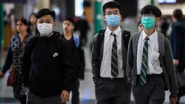 Des étudiants portant des masques dans le hall des arrivées de l'aéroport international de Hong Kong, le 22 janvier 2020