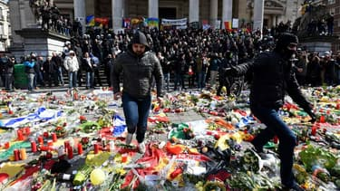 La manifestation place de la Bourse a Bruxelles est perturbée par de présumés militants d'extrême droite. Ils ont été évacués par la police antiémeute.