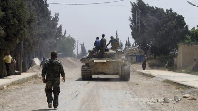 Soldats de l'armée syrienne dans le villade d'Arjoun, près de Koussaïr. Les forces loyales à Bachar al Assad ont repris le contrôle de cette ville stratégique près de la frontière libanaise. /Photo prise le 30 mai 2013/REUTERS/Rami Bleible