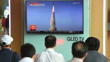 Des téléspectateurs regardent le lancement du missile de portée intermédiaire, le 22 mai 2017.
