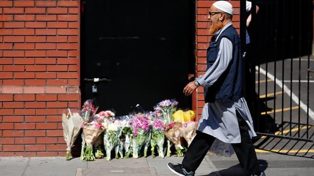 Un homme passe devant la mosquée de Finsbury Park, le 19 juin, près de l'endroit où un véhicule a fauché des fidèles.