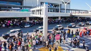 Des manifestants contre le décret Trump ont protesté aux abords des aéroports américains ce week-end, ici à Los Angeles.