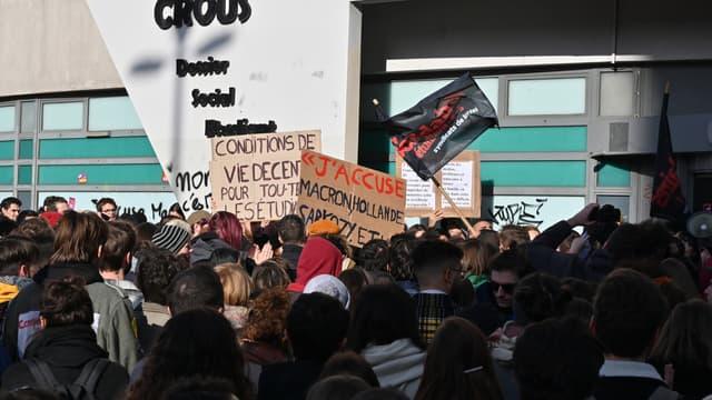Des étudiants lyonnais réunis devant le Crous, le 12 novembre.