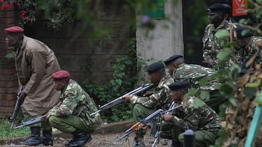 Des militaires kenyans postés aux alentours du centre commercial, lundi matin.
