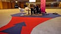 """""""Super candidat"""" autoproclamé à la recherche d'un emploi, Alain Gutton, un quadragénaire au chômage depuis sept mois, a organisé mardi son propre salon de l'emploi dans un hangar d'exposition des portes de Paris. /Photo prise le 8 février 2011/REUTERS/Phi"""