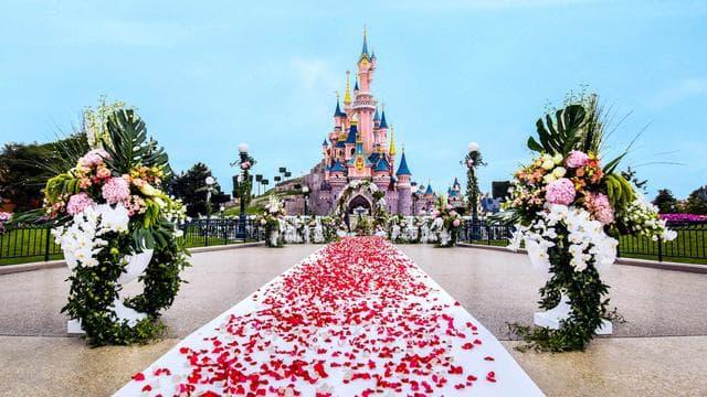 Les couples peuvent désormais organiser leur cérémonie de mariage à Disneyland Paris.