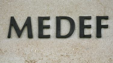 Le logo du Medef au siège de l'organisation, rue Bosquet à Paris.
