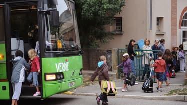 Des élèves montent dans un car scolaire