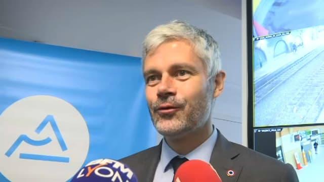 Laurent Wauquiez devant la presse lors d'une visite d'un centre de surveillance de la sûreté ferroviaire à la gare Part-Dieu