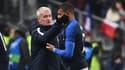 Kylian Mbappé réconforté par Didier Deschamps
