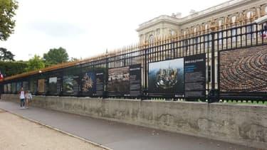 L'exposition affichée sur les grilles du ministère des Affaires étrangères et visible jusqu'à fin décembre.