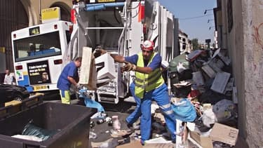 """Avec la géolocalisation embarquée dans les bennes, on sait en temps réel où se trouvent les camions et à quelle vitesse ils circulent. Un dispositif de """"surveillance"""" dont les éboueurs grévistes à Marseille, réclament l'encadrement."""