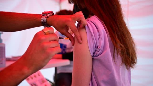 La place de la République à Paris accueille pour quelques jours un centre de vaccination contre le Covid-19, qui cible en priorité les coursiers franciliens le 29 juin 2021