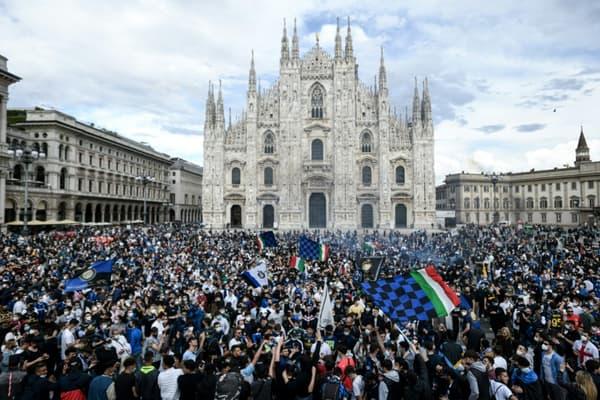 Des supporters de l'Inter Milan font la fête après que le club a été sacré champion d'Italie, sur la Piazza Duomo à Milan, le 2 mai 2021