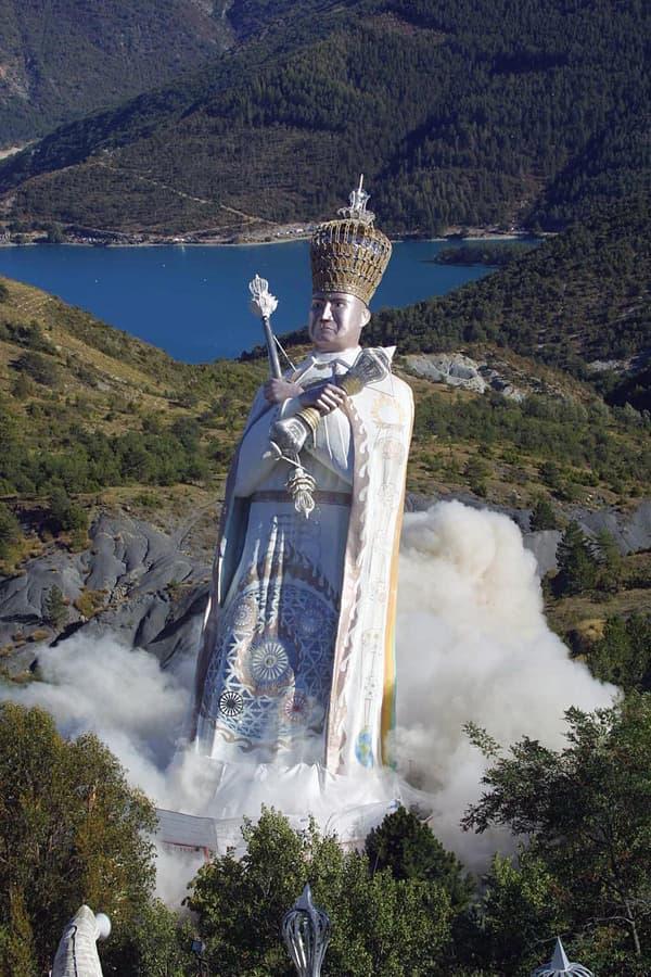 La statue géante à l'effigie de Gilbert Bourdin, dynamitée en 2001.