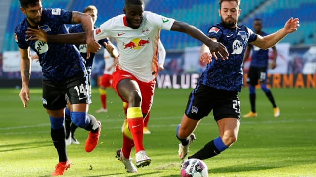 Le défenseur français de Leipzig,  Dayot Upamecano, aux prises avec deux joueurs du Hertha Berlin, lors de leur match de Bundesliga, le 24 octobre 2020 à Leipzig