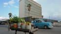 Une voiture passe à proximité de l'ambassade américaine à La Havane.