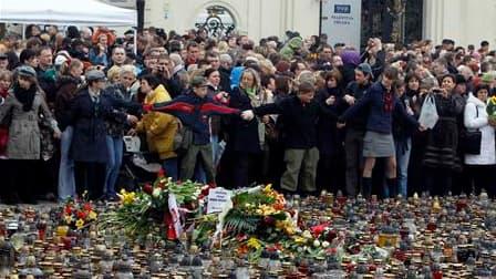 Devant le palais présidentiel à Varsovie. Les Polonais se recueillent après la mort du président Lech Kaczynski, tué dans un accident d'avion qui a coûté la vie à 97 personnes dont de nombreux responsables du pays. La journée de dimanche a été décrétée jo